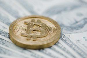 close-up-bitcoin-us-dollar-banknotes_23-2147893748-obsidiam.com_