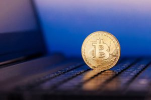 golden-bitcoin-stands-keyboard_199808-286-obsidiam.com_