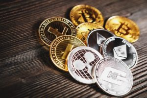 silver-golden-coins-with-bitcoin-ripple-ethereum-symbol-wood_93200-1648-obsidiam.com_